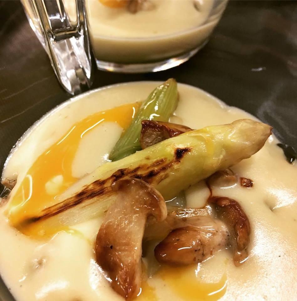 """""""Vichysoisse"""" de patates noves amb moixernons i espàrrecs"""