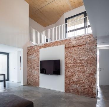 Remunta a una casa existent aconseguint un fantàstic i lluminós menjador de doble espai.