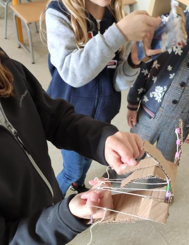 Amb només cartró, fil i canyes podem fer una mà robòtica ben divertida!!!