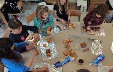 Un equipo de niñas creando sus construcciones