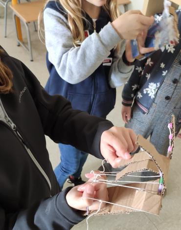 Con sólo cartón, hilo y cañas podemos hacer una mano robótica divertida!!!