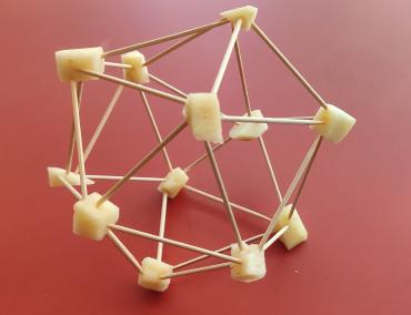 Un icosaedre fet d'escuradents i poma.