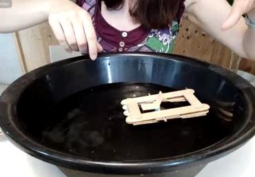 Construïm un catamarà que funciona amb l'energia potencial que s'acumula en la goma elàstica