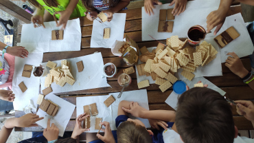 Taller de estructuras con galletas y crema de cacao al aire libre