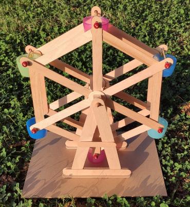 Hemos hecho una noria con palos de madera y tapones reciclados