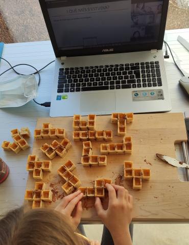 Aprendemos geometría haciendo un pentomino con gofres cortados a cuadraditos. ¡Una merienda matemática y muy dulce!