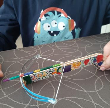 Mireu la ballesta que en Marc que ha fet en el taller online i que ha decorat guapíssima!