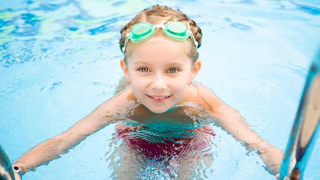 Consells per cuidar els ulls a la piscina
