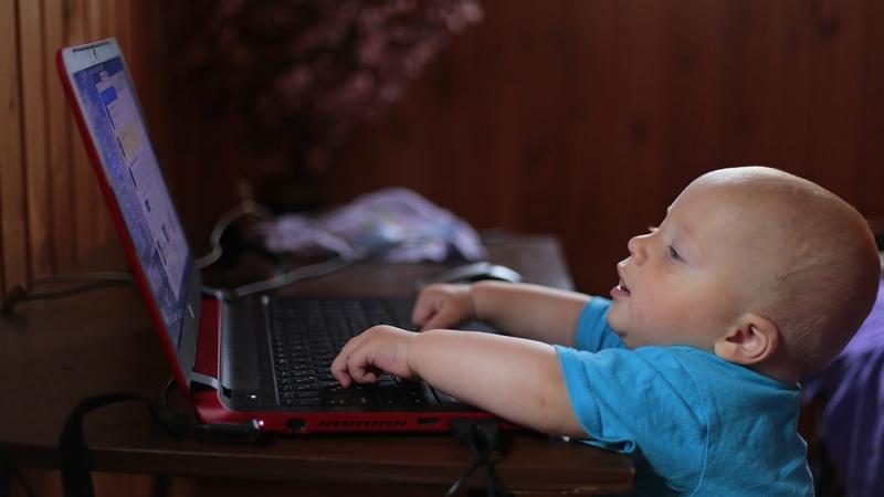Deu consells per evitar la dependència dels infants a les pantalles